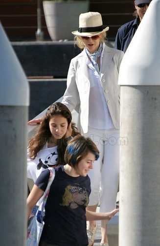 Nicole, Bella and Keith on family vacation in Australia 2007