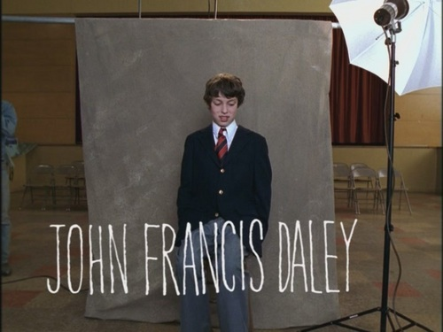 Freaks and Geeks karatasi la kupamba ukuta containing a business suit entitled Opening Credits: John Francis Daley