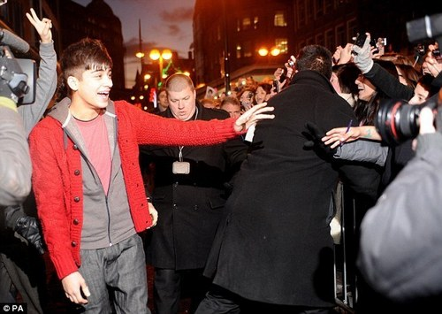 Red Hot Zayn Is Greeted 의해 팬 As He Attends Book Signing In Bradford, Hmv (I Was Their) :) x