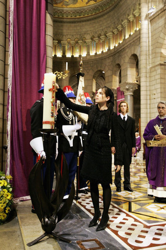la Princesse charlotte Casiraghi fond d'écran with a business suit titled funeral prince rainier inside servise