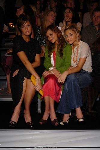 Mary-Kate & Ashley Olsen fondo de pantalla entitled 13-09-04 - Mary-kate & Ashley at Marc Jacobs Spring 05 Fashion mostrar