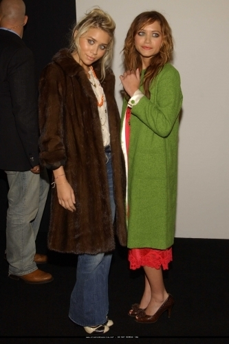 Mary-Kate & Ashley Olsen wallpaper probably containing a fur coat titled 13-09-04 - Mary-kate & Ashley at Marc Jacobs Spring 05 Fashion Show