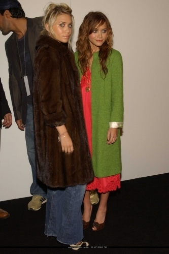 Mary-Kate & Ashley Olsen wallpaper with a fur coat entitled 13-09-04 - Mary-kate & Ashley at Marc Jacobs Spring 05 Fashion Show