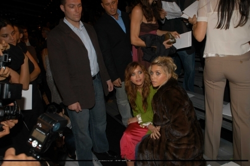 Mary-Kate & Ashley Olsen wallpaper with a business suit entitled 13-09-04 - Mary-kate & Ashley at Marc Jacobs Spring 05 Fashion Show