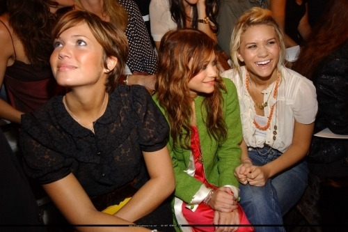 13-09-04 - Mary-kate & Ashley at Marc Jacobs Spring 05 Fashion mostrar