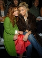 13-09-04- Mary-kate & Ashley at Marc Jacobs Spring 05 Fashion Show - mary-kate-and-ashley-olsen photo