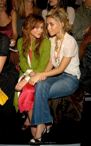 13-09-04- Mary-kate & Ashley at Marc Jacobs Spring 05 Fashion دکھائیں