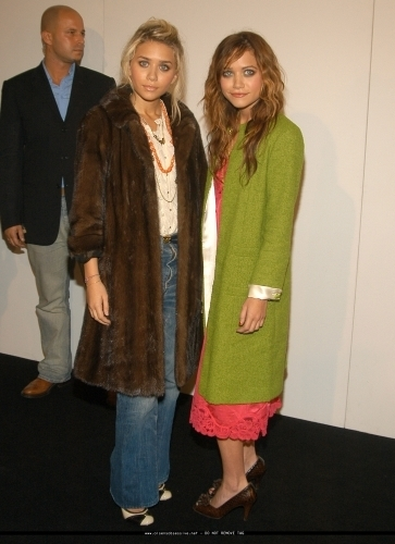 13-09-04- Mary-kate & Ashley at Marc Jacobs Spring 05 Fashion mostrar