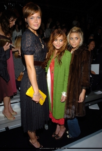 Mary-Kate & Ashley Olsen wallpaper probably containing a box coat entitled 13-09-04- Mary-kate & Ashley at Marc Jacobs Spring 05 Fashion Show