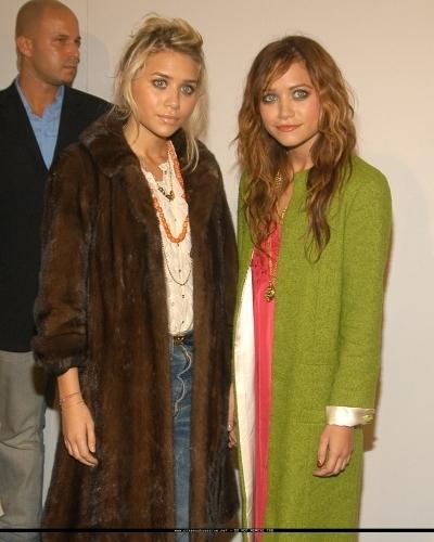 13-09-04- Mary-kate & Ashley at Marc Jacobs Spring 05 Fashion onyesha