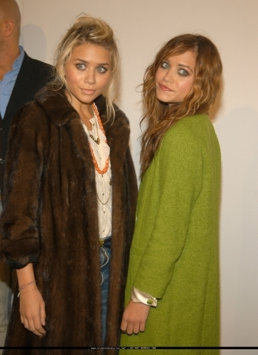 13-09-04- Mary-kate & Ashley at Marc Jacobs Spring 05 Fashion mostrar