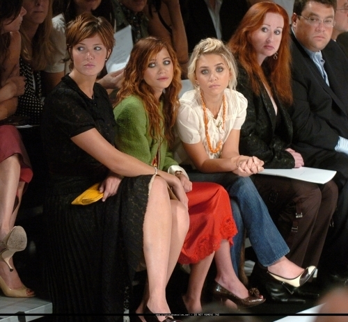 13-09-04- Mary-kate & Ashley at Marc Jacobs Spring 05 Fashion Показать