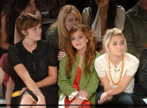 13-09-04- Mary-kate & Ashley at Marc Jacobs Spring 05 Fashion hiển thị