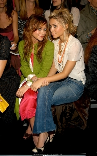 13-09-04- Mary-kate & Ashley at Marc Jacobs Spring 05 Fashion Show