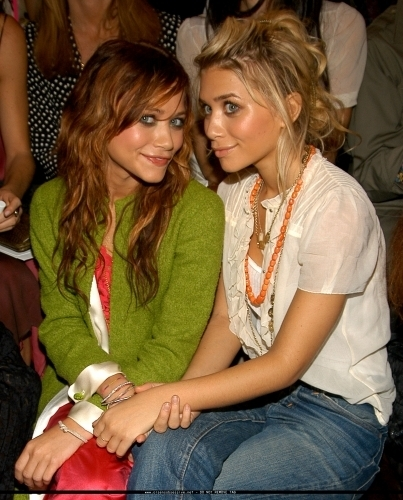 Mary-Kate & Ashley Olsen wallpaper entitled 13-09-04- Mary-kate & Ashley at Marc Jacobs Spring 05 Fashion Show