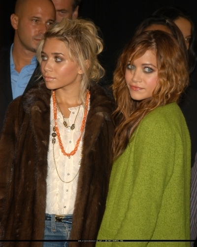 Mary-Kate & Ashley Olsen wallpaper with a fur coat and a mink entitled 13-09-04- Mary-kate & Ashley at Marc Jacobs Spring 05 Fashion Show