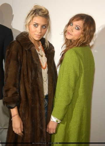 13-09-04- Mary-kate & Ashley at Marc Jacobs Spring 05 Fashion onyesha