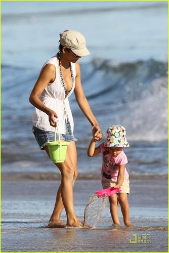 Halle Berry & Nahla Aubry: strand Babes!
