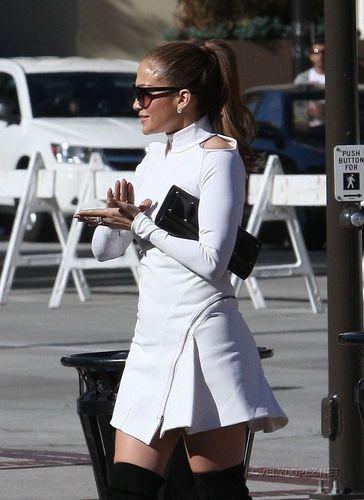 Jennifer arriving to the American Idol studio - Hollywood week