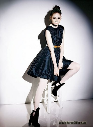 Доктор Кто Обои possibly containing hosiery, bare legs, and a коктейль dress titled Karen Gillan