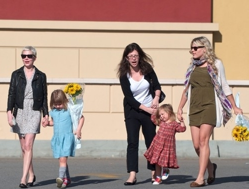 Michelle Williams & Busy Philipps play hari with his kids (11.12.2010)