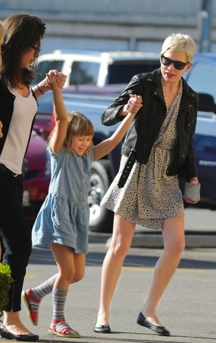 Michelle Williams & Busy Philipps play giorno with his kids (11.12.2010)