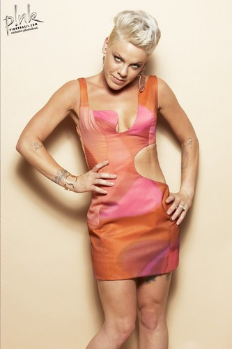 Pink wallpaper titled P!nk