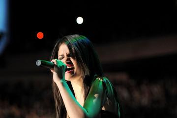 Z100's Jingle Ball 2010 Presented سے طرف کی H&M - دکھائیں (Selena Gomez)