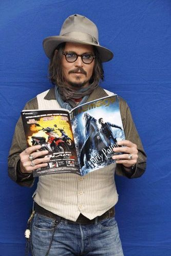 Harry Potter karatasi la kupamba ukuta possibly with a breastplate entitled look whats Johnny Depp's holding ^____^