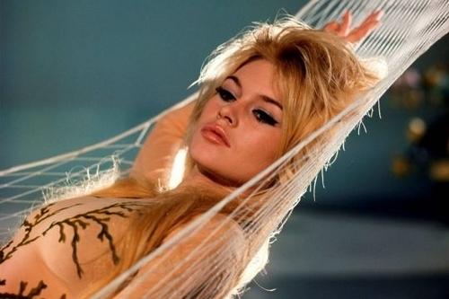 Brigitte Bardot karatasi la kupamba ukuta containing a portrait called BB
