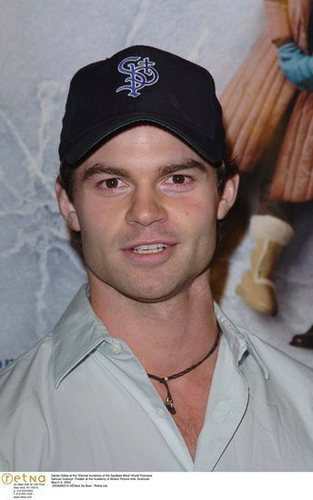Daniel Gillies 壁紙 possibly containing a green beret, 疲労, 疲れる, 戦闘服, and バトルドレス titled Daniel Gillies
