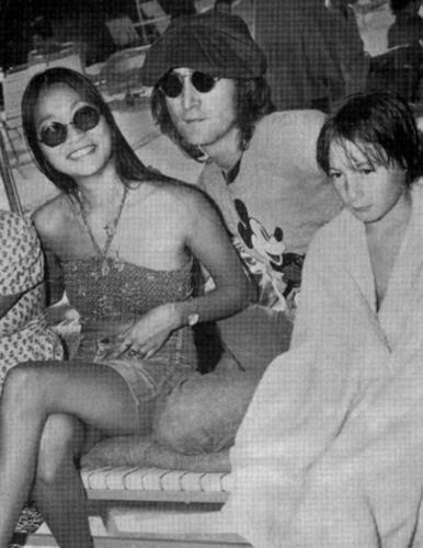 John Lennon achtergrond containing sunglasses called John, May Pang and Julian