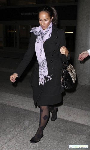 Leona at the airport in Los Angeles 11/22/10