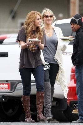 "Miley on set ""So Undercover"""