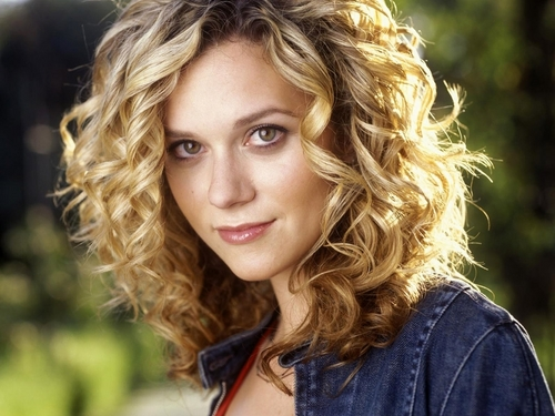 TV Female Characters پیپر وال containing a portrait called Peyton Sawyer