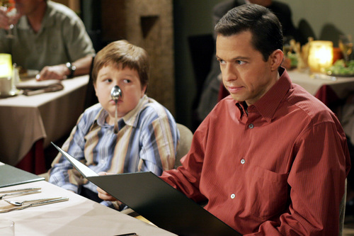 Dos hombres y medio fondo de pantalla with a laptop entitled Two and a Half Men