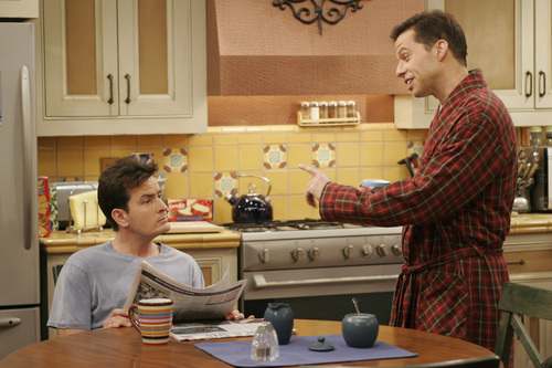 Dos hombres y medio fondo de pantalla with a kitchen, a kitchenette, and a brasserie entitled Two and a Half Men