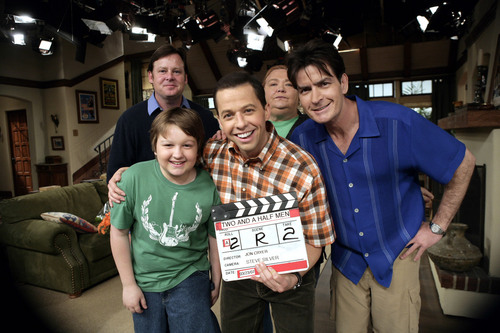 Two and a Half Men Hintergrund with a sign entitled Two and a Half Men