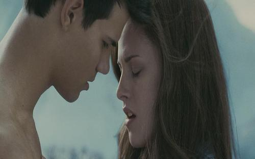 Bella and Jacob HOT Kiss!! - jacob-and-bella Screencap