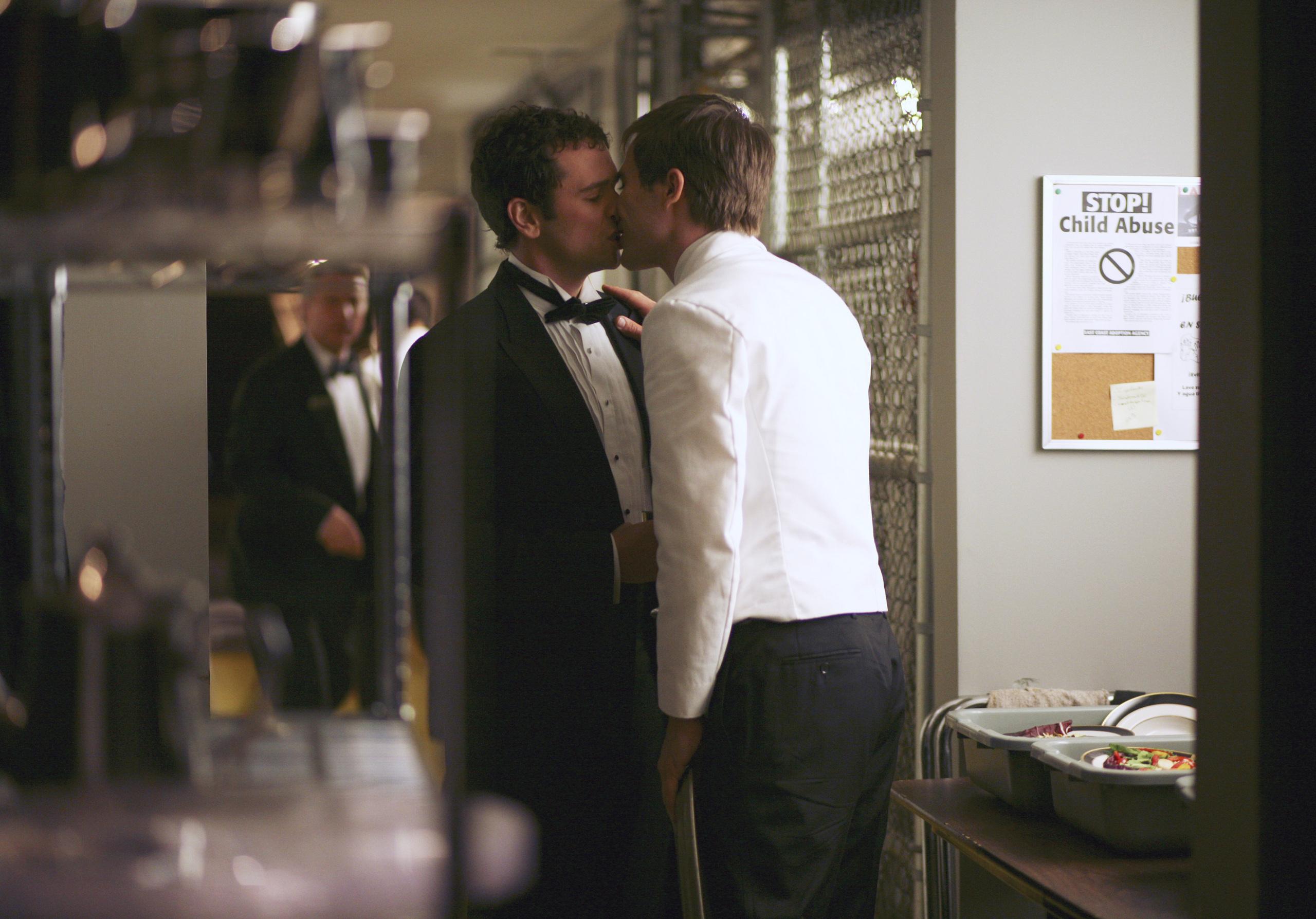 Brothers & Sisters: 1x06 Episode Stills - Luke Macfarlane ...