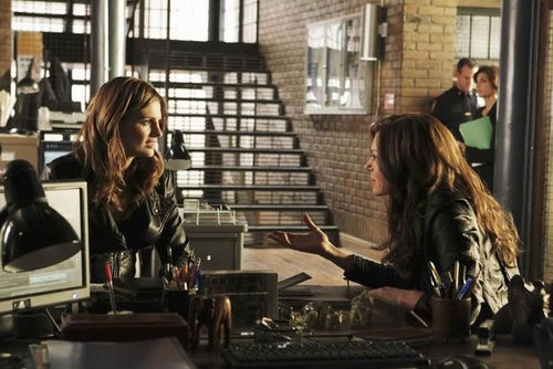 Kate Beckett پیپر وال probably with a street, a reading room, and a penal institution called Castle_3x11_Nikki Heat_Promo pics