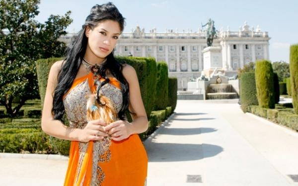 Melina in Orange