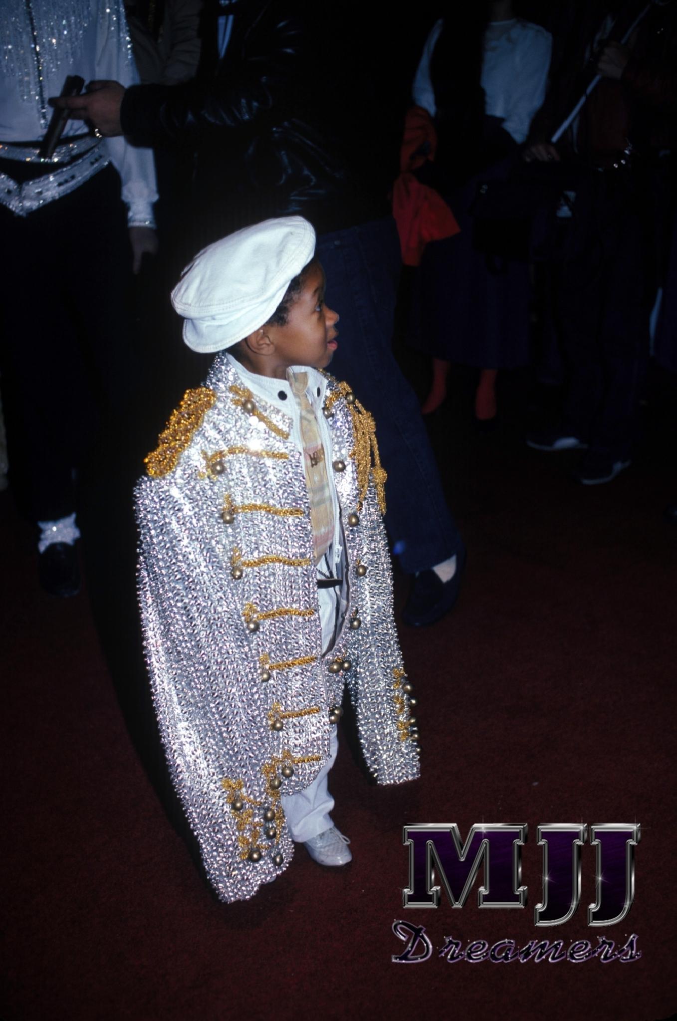 ahahaha Emmanuel Lewis with MJ जैकेट