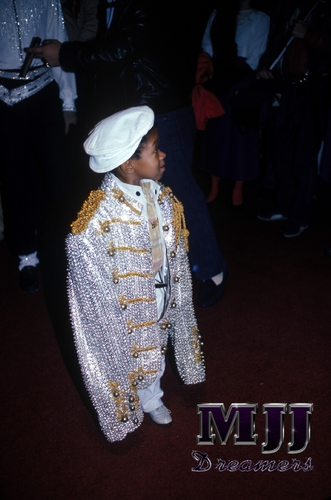 ahahaha Emmanuel Lewis with MJ जैकेट