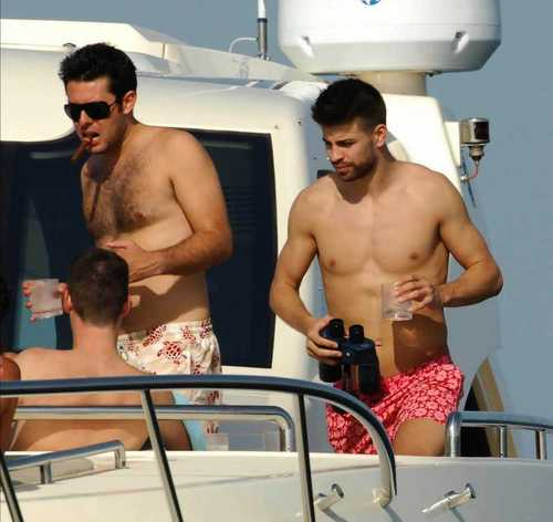 piqué holiday with men