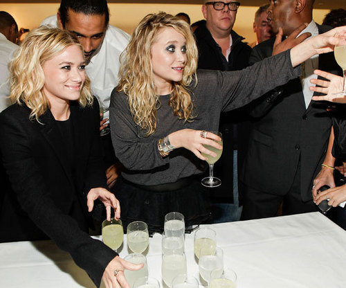 Mary-Kate & Ashley Olsen karatasi la kupamba ukuta containing a brasserie and a business suit titled 2009 - Barneys New York Celebrates Fashion's Night Out