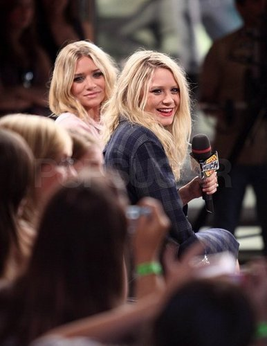 Mary-Kate & Ashley Olsen karatasi la kupamba ukuta called 2009 - Live@MuchMusic