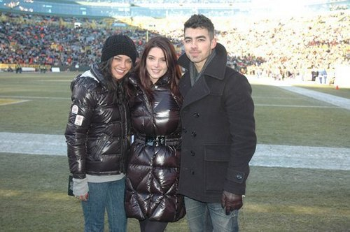 Ashley Greene, Joe Jonas & Jessica Szohr At The Packers Vs. Giants NFL Game
