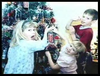 Avril , Michelle , and Matt Lavigne around a Christmas tree <3