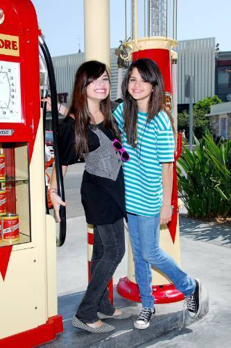 selena gomez dan demi lovato wallpaper possibly containing a telephone booth and a jalan, street called Demi&Selena foto